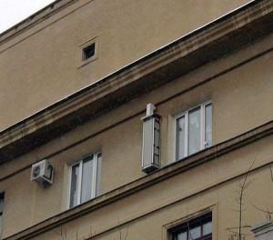 Монтаж рекуператора на улице под окном дома